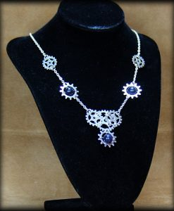 collier engrenages et pierres