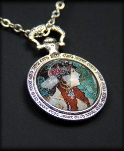 pendentif la femme byzantine de mucha 2