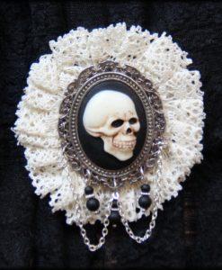broche Skull et dentelle